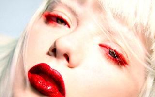 Как преобразить лицо с помощью красной туши