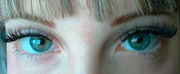 глаза с нарощенными ресницами