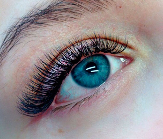 синие глаза и ресницы