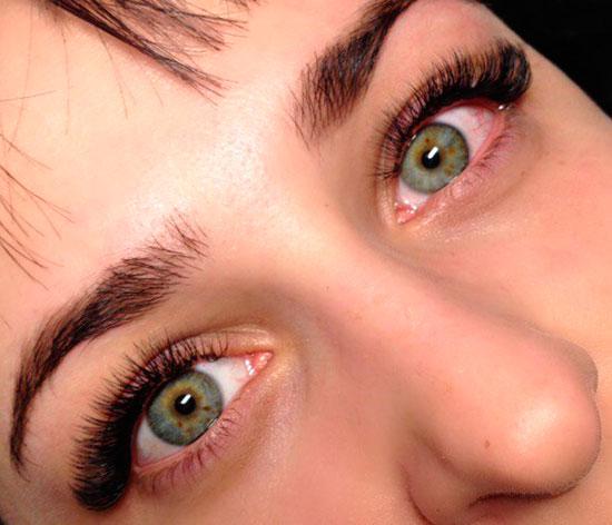 ресницы и светлые глаза