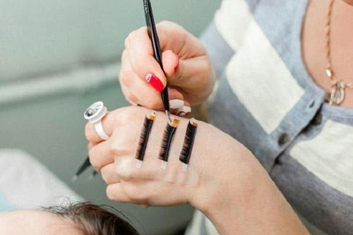 процедура наращивания в уголках глаз