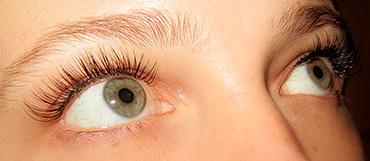 От чего отекают глаза после наращивания ресниц